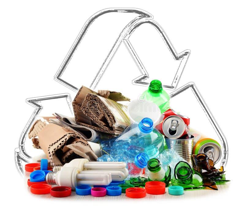 Ανακυκλώσιμα απορρίματα που αποτελούνται από το γυαλί, το πλαστικό, το μέταλλο και το έγγραφο στοκ φωτογραφίες με δικαίωμα ελεύθερης χρήσης