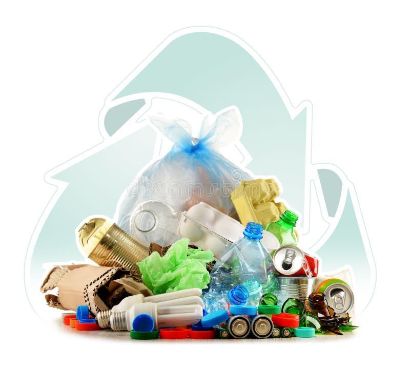 Ανακυκλώσιμα απορρίματα που αποτελούνται από το γυαλί, το πλαστικό, το μέταλλο και το έγγραφο στοκ εικόνες με δικαίωμα ελεύθερης χρήσης