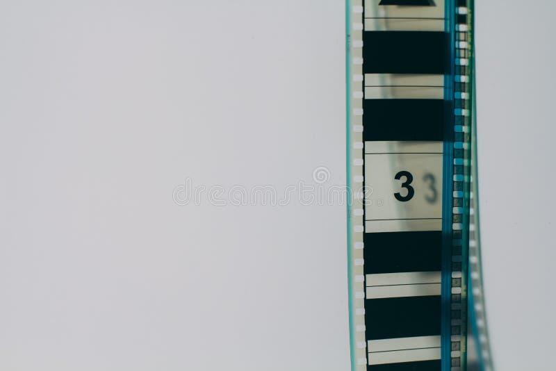 Αναλογική λουρίδα ταινιών στη δεξιά γωνία με το copyspace στο άσπρο υπόβαθρο στοκ φωτογραφίες