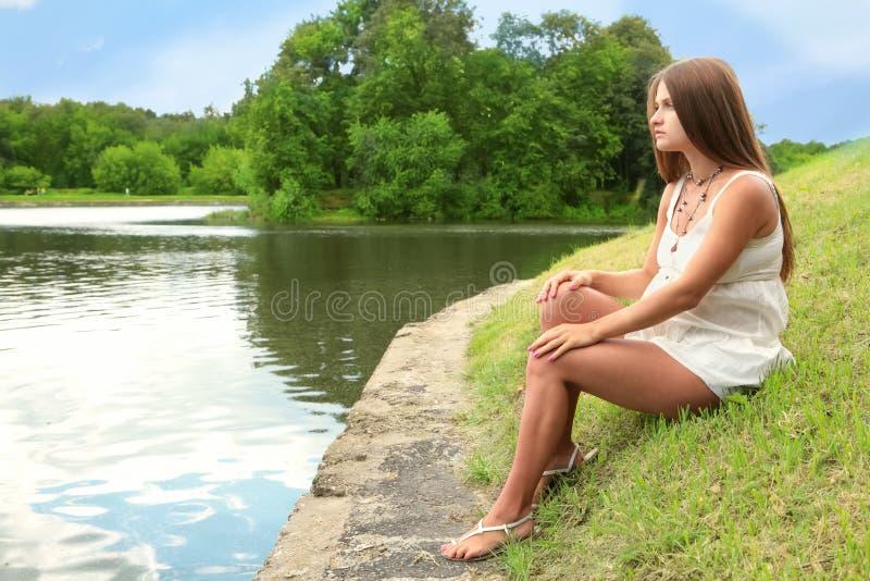 αναμένουσα μητέρα λιμνών πλ&e στοκ εικόνα με δικαίωμα ελεύθερης χρήσης