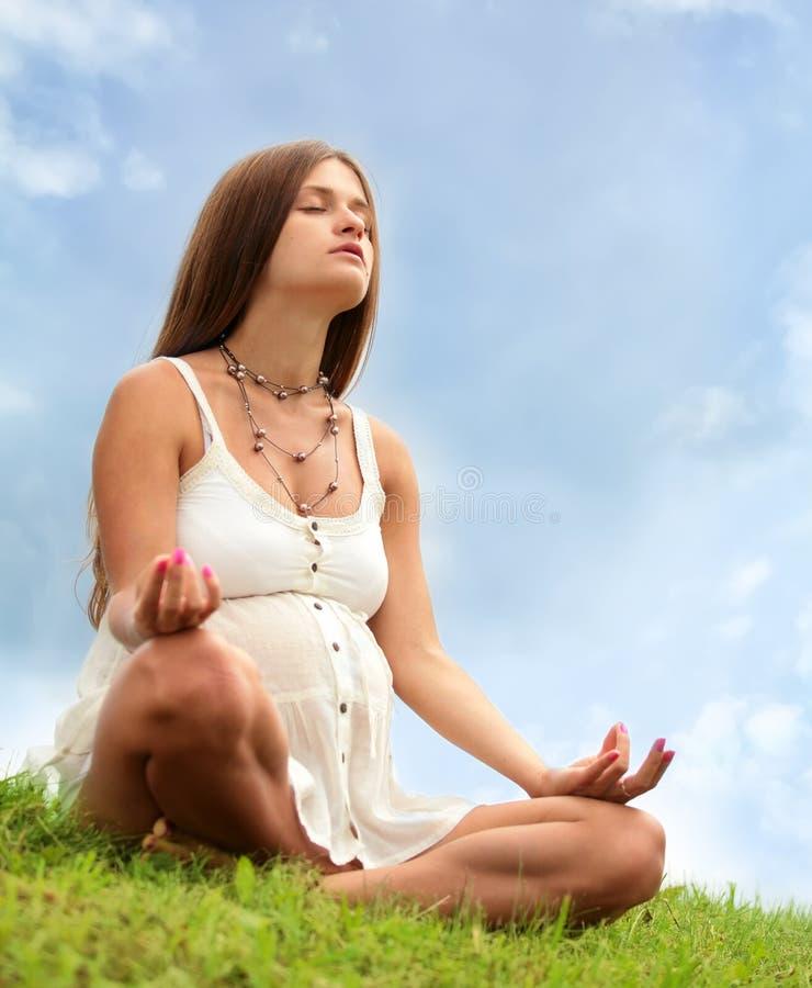 αναμένουσα meditating μητέρα στοκ φωτογραφία