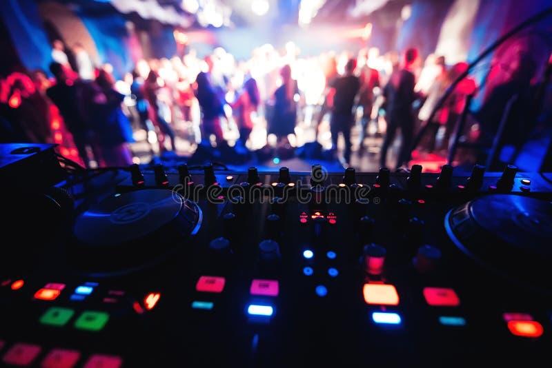 Αναμίκτης και θάλαμος του DJ στο νυχτερινό κέντρο διασκέδασης στο κόμμα στοκ εικόνες με δικαίωμα ελεύθερης χρήσης