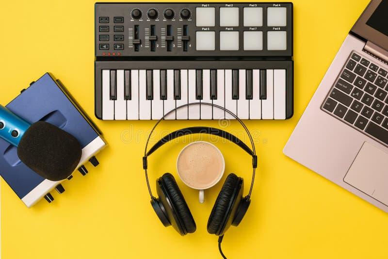 Αναμίκτης μουσικής, μικρόφωνο, ακουστικά και υγιής κάρτα στο κίτρινο υπόβαθρο Η έννοια της οργάνωσης εργασιακών χώρων στοκ φωτογραφία με δικαίωμα ελεύθερης χρήσης