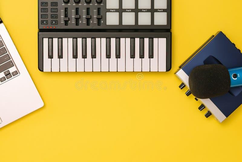 Αναμίκτης μουσικής, υγιής κάρτα, lap-top και μικρόφωνο στο κίτρινο υπόβαθρο Η έννοια της οργάνωσης εργασιακών χώρων στοκ φωτογραφίες με δικαίωμα ελεύθερης χρήσης