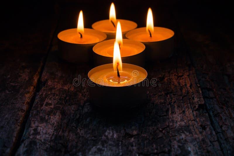 Αναμμένα κεριά για να χαλαρώσει στον ξύλινο στοκ φωτογραφίες με δικαίωμα ελεύθερης χρήσης