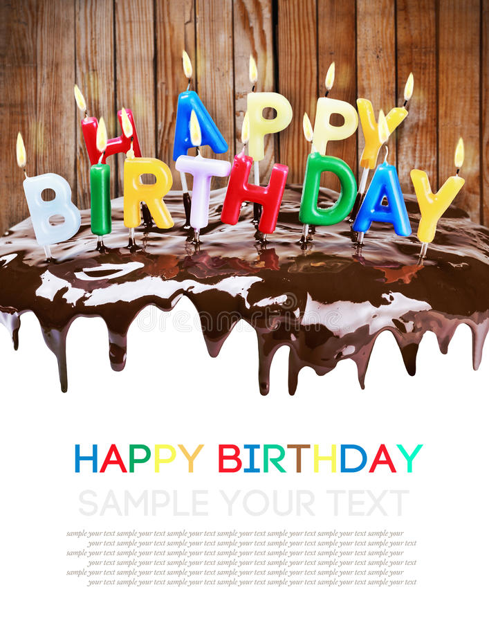 Αναμμένα κεριά σε ένα κέικ γενεθλίων που απομονώνεται στο άσπρο υπόβαθρο στοκ φωτογραφίες με δικαίωμα ελεύθερης χρήσης