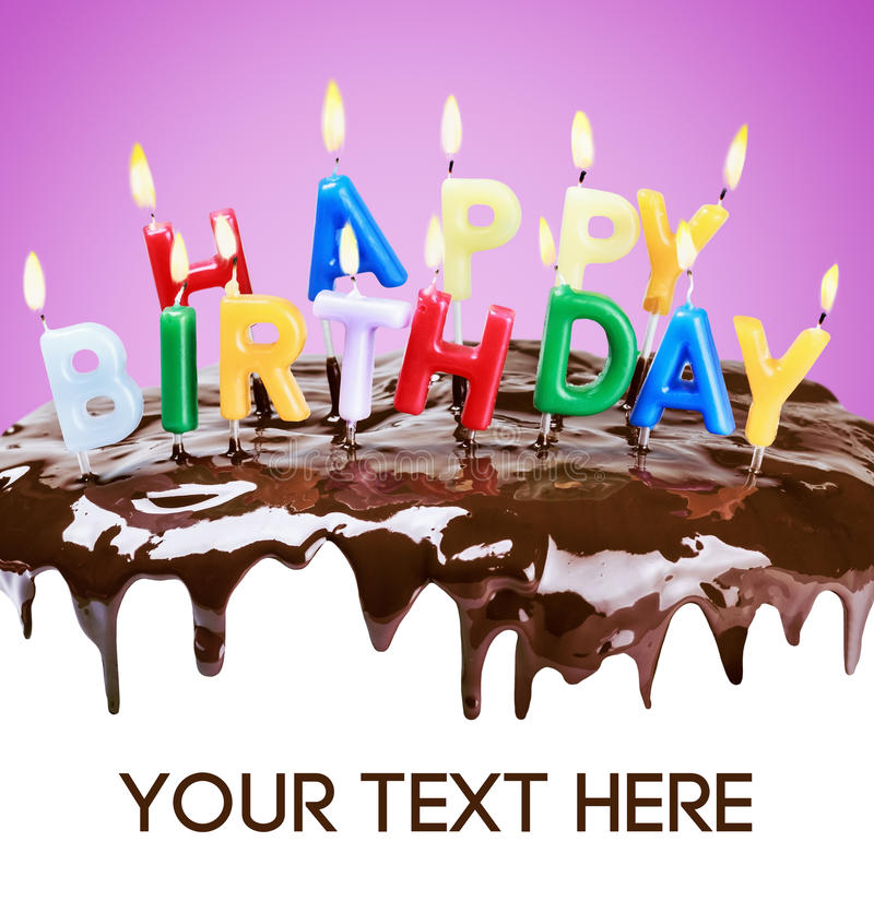 Αναμμένα κεριά σε ένα κέικ γενεθλίων στοκ φωτογραφίες με δικαίωμα ελεύθερης χρήσης