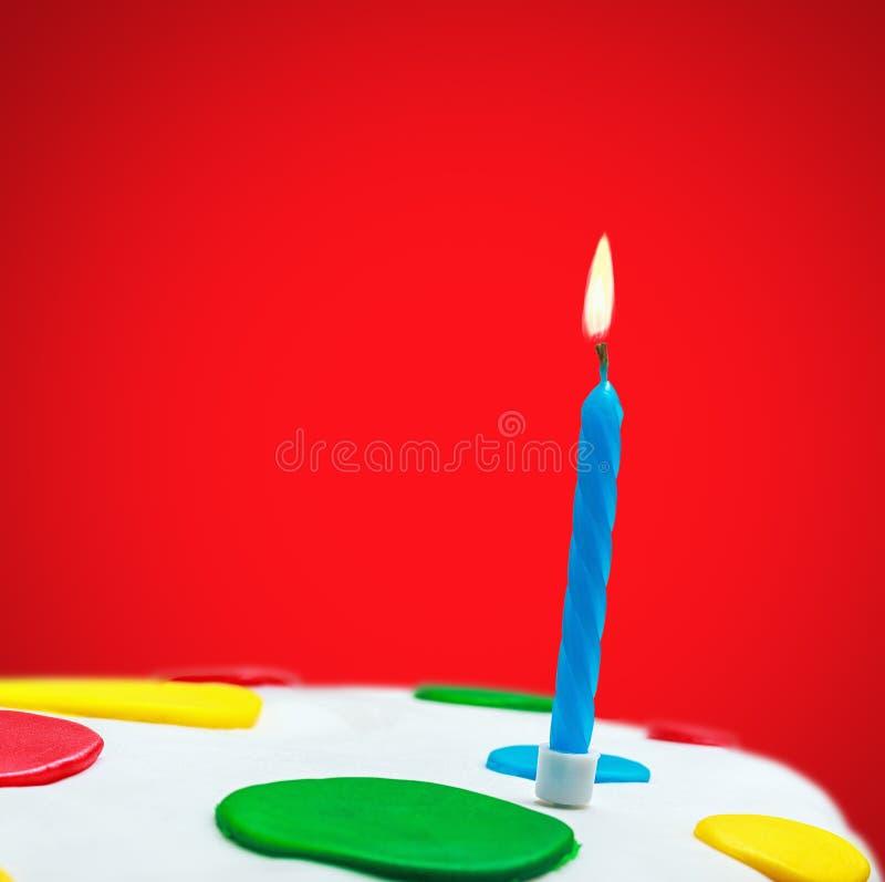 Αναμμένα κεριά σε ένα κέικ γενεθλίων στοκ φωτογραφίες