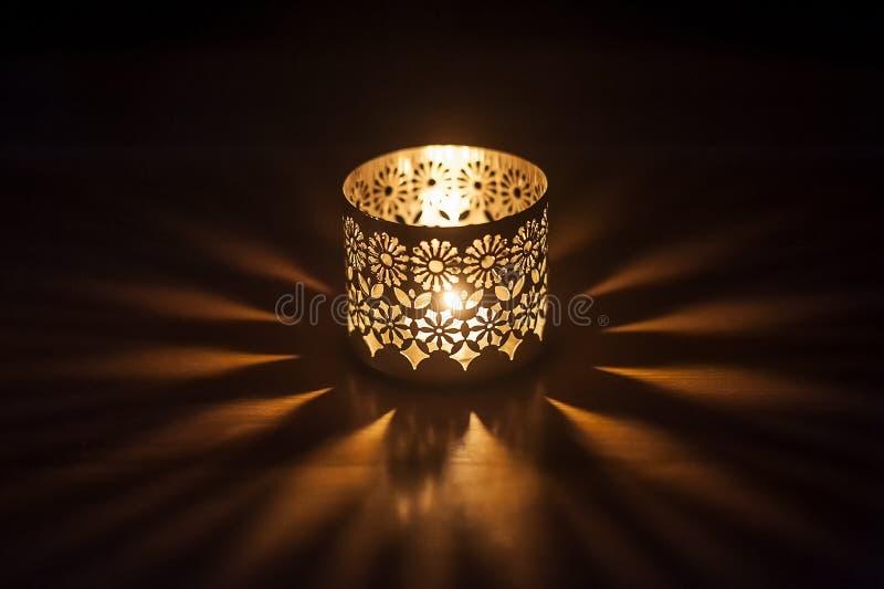Αναμμένο κερί σε ένα κηροπήγιο στοκ φωτογραφία