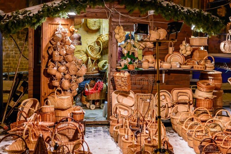Αναμνηστικά καλαθιών αχύρου στη Ρήγα, Λετονία κατά τη διάρκεια της νύχτας Χριστουγέννων στοκ φωτογραφίες