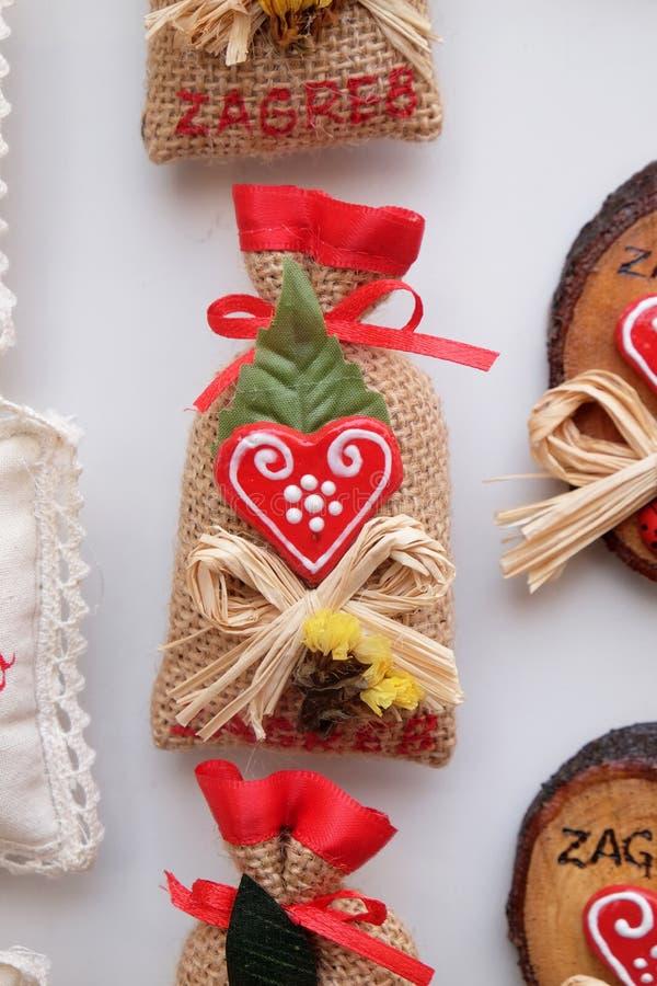 Αναμνηστικά στο στάβλο με τις διακοσμήσεις για τις χειμερινές διακοπές στην παραδοσιακή ετήσια αγορά Χριστουγέννων στο Ζάγκρεμπ στοκ φωτογραφία με δικαίωμα ελεύθερης χρήσης