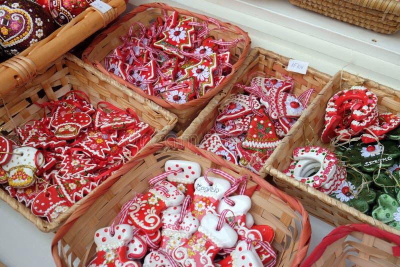 Αναμνηστικά στο στάβλο με τις διακοσμήσεις για τις χειμερινές διακοπές στην παραδοσιακή ετήσια αγορά Χριστουγέννων στο Ζάγκρεμπ στοκ φωτογραφίες με δικαίωμα ελεύθερης χρήσης
