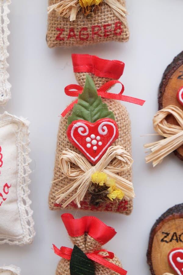 Αναμνηστικά στο στάβλο με τις διακοσμήσεις για τις χειμερινές διακοπές στην παραδοσιακή ετήσια αγορά Χριστουγέννων στο Ζάγκρεμπ στοκ φωτογραφία