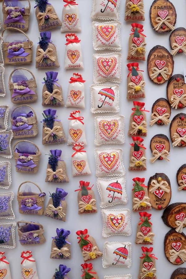 Αναμνηστικά στο στάβλο με τις διακοσμήσεις για τις χειμερινές διακοπές στην παραδοσιακή ετήσια αγορά Χριστουγέννων στο Ζάγκρεμπ στοκ φωτογραφίες