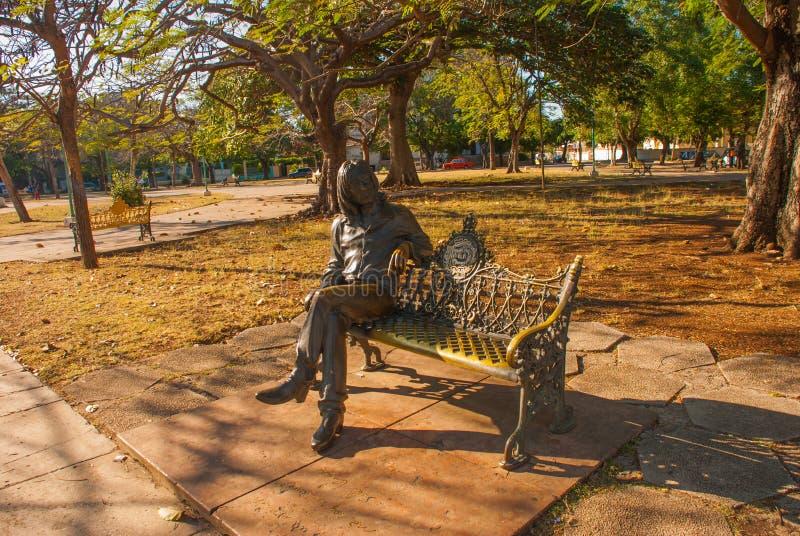 Αναμνηστική συνεδρίαση του John Lennon σε έναν πάγκο Το μνημείο βρίσκεται στο πάρκο Αβάνα Κούβα στοκ φωτογραφία με δικαίωμα ελεύθερης χρήσης