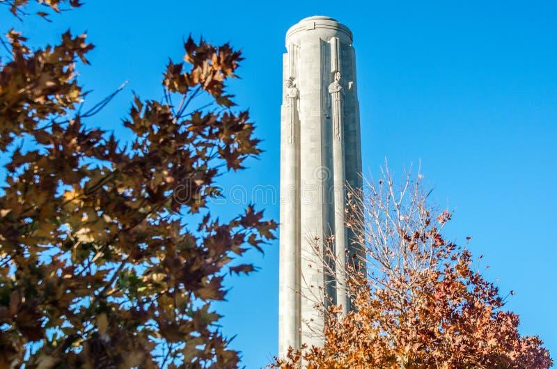Αναμνηστικός πύργος ελευθερίας στην πόλη Mo του Κάνσας το φθινόπωρο στοκ εικόνα