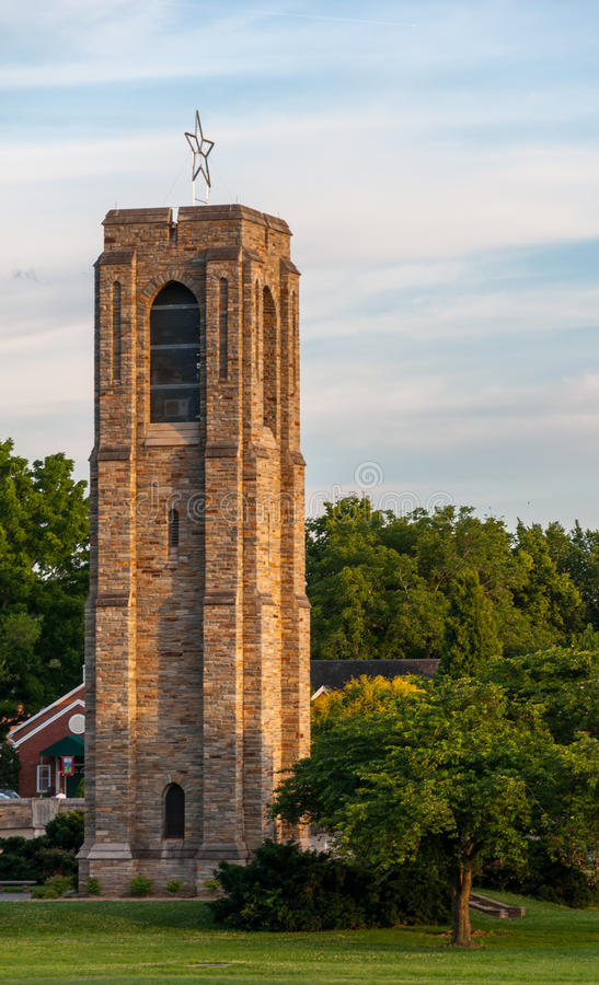 Αναμνηστικός πύργος κουδουνιών κωδωνοστοιχιών πάρκων Baker στο ηλιοβασίλεμα - Frederick, Μέρυλαντ στοκ εικόνες με δικαίωμα ελεύθερης χρήσης
