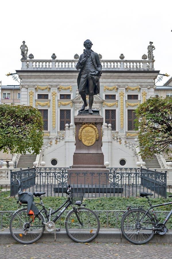 Αναμνηστικό άγαλμα του Johann Wolfgang von Goethe μπροστά από το παλαιό χρηματιστήριο σε Naschmarkt Plaza στη Λειψία, Γερμανία στοκ εικόνα