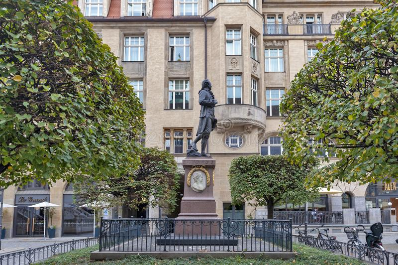 Αναμνηστικό άγαλμα του Johann Wolfgang von Goethe μπροστά από το παλαιό χρηματιστήριο σε Naschmarkt Plaza στη Λειψία, Γερμανία στοκ εικόνες