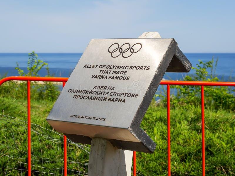 Αναμνηστικό σημάδι στην αρχή της αλέας της αθλητικής δόξας, που ανοίγουν στο πάρκο παραλιών της Βάρνας το 2013 Μια ηλιόλουστη ημέ στοκ εικόνα