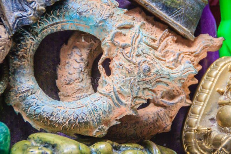 Αναμνηστικό της αντίκας και του φυλακτού από τον τάφο για την πώληση στην αγορά συνόρων ταϊλανδικός-Καμπότζη στοκ φωτογραφία με δικαίωμα ελεύθερης χρήσης