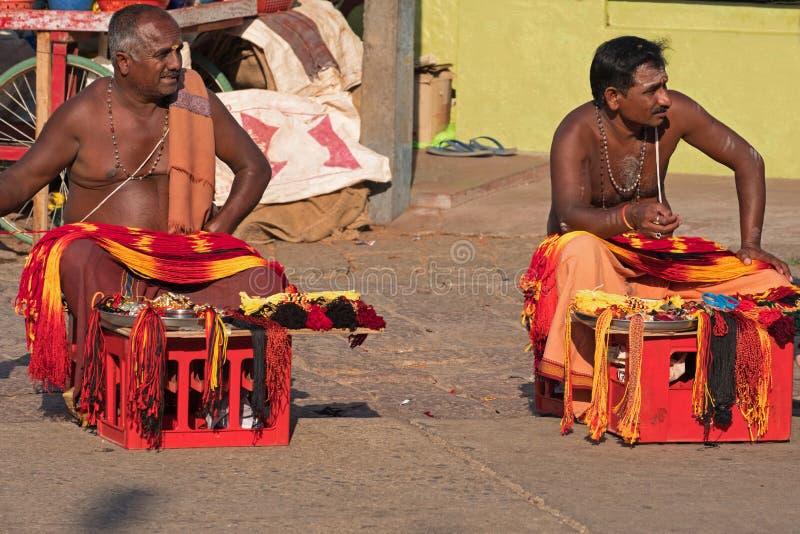 Αναμονή έξω από έναν ινδό ναό τους πελάτες στοκ φωτογραφίες