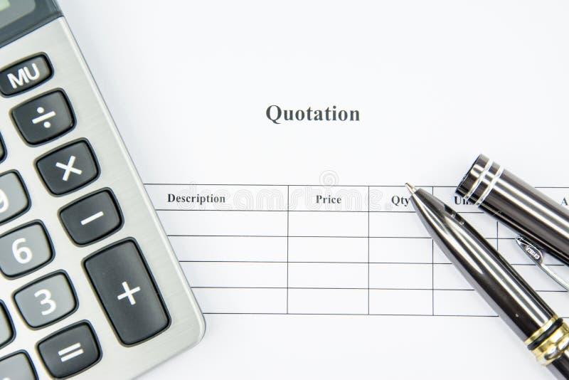 Αναμονή αναφοράς επιχειρησιακών εγγράφων που υπογράφει στο άσπρο υπόβαθρο στοκ φωτογραφία με δικαίωμα ελεύθερης χρήσης
