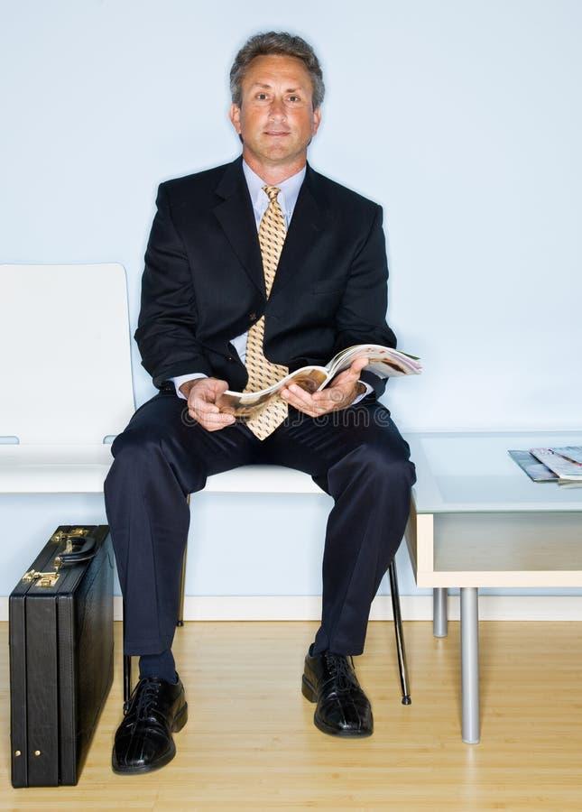 Download αναμονή δωματίων ανάγνωσης στοκ εικόνα. εικόνα από γραφείο - 17051171
