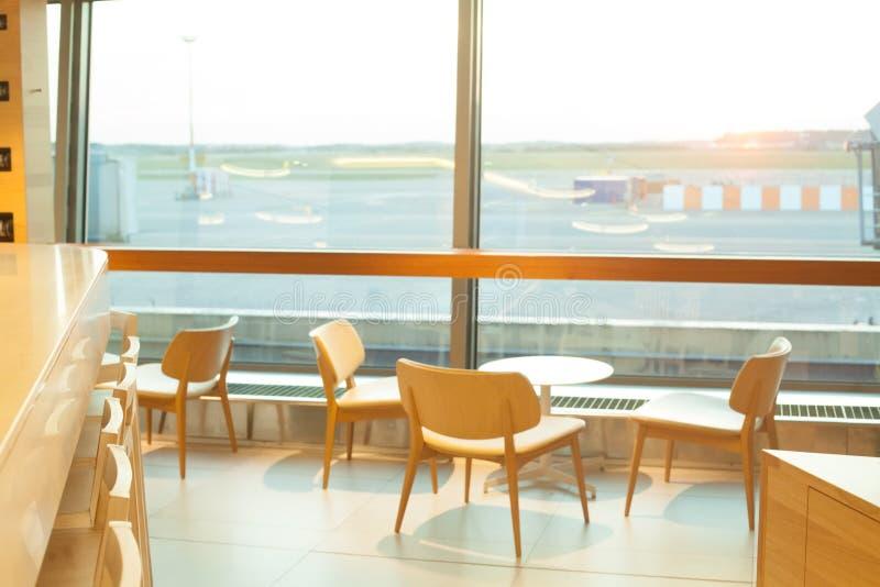 αναμονή πτήσης Αερολιμένας μέσω του παραθύρου πυλών στοκ φωτογραφία με δικαίωμα ελεύθερης χρήσης