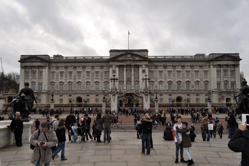 Αναμονή τη βασιλική αλλαγή φρουράς στοκ εικόνα με δικαίωμα ελεύθερης χρήσης