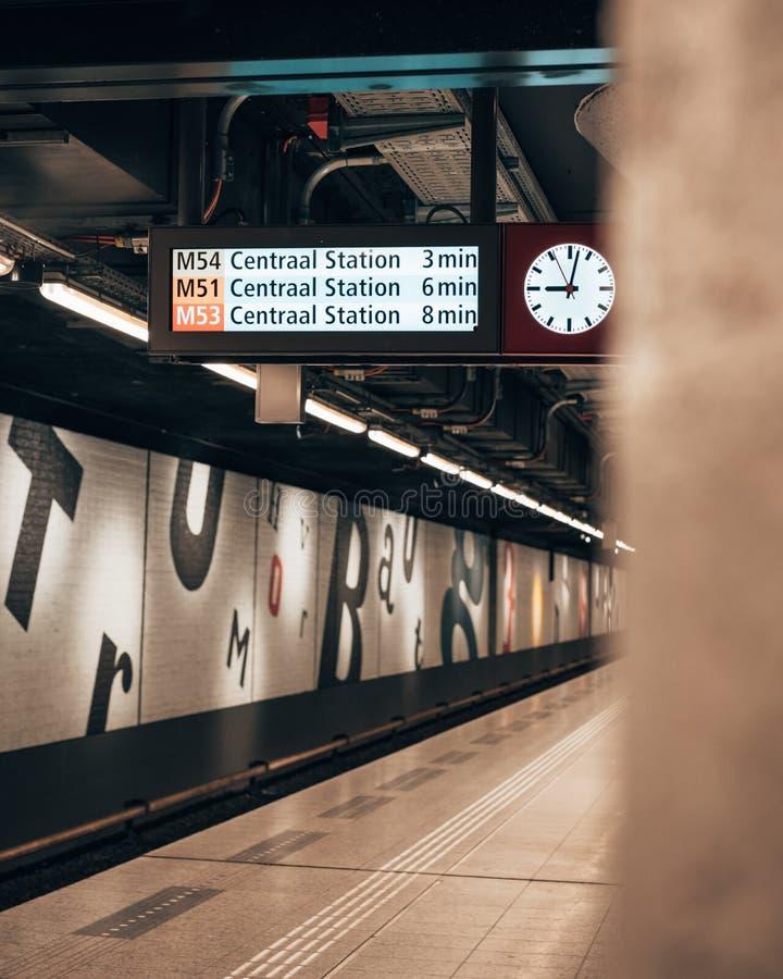 Αναμονή τον υπόγειο στο Άμστερνταμ στοκ φωτογραφίες