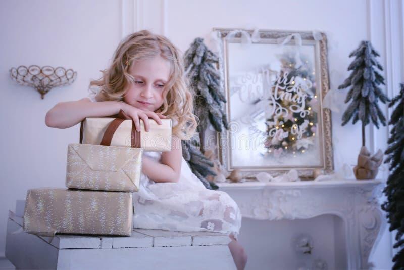 Αναμονή το νέα έτος και τα Χριστούγεννα Το όμορφο μικρό κορίτσι ήταν λ στοκ εικόνες