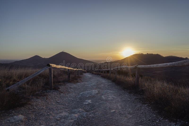 Αναμονή το χειμερινό ηλιοβασίλεμα στοκ φωτογραφίες