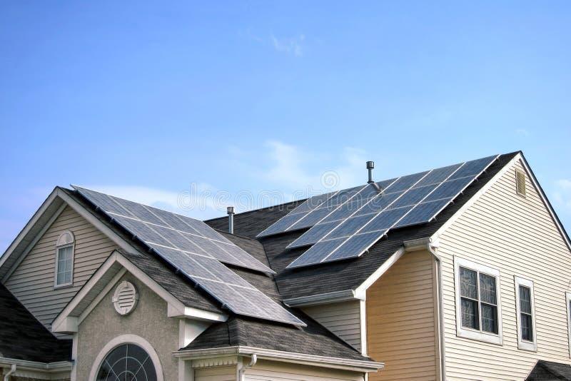 ανανεώσιμη στέγη επιτροπών ενεργειακών πράσινη σπιτιών ηλιακή στοκ φωτογραφία με δικαίωμα ελεύθερης χρήσης