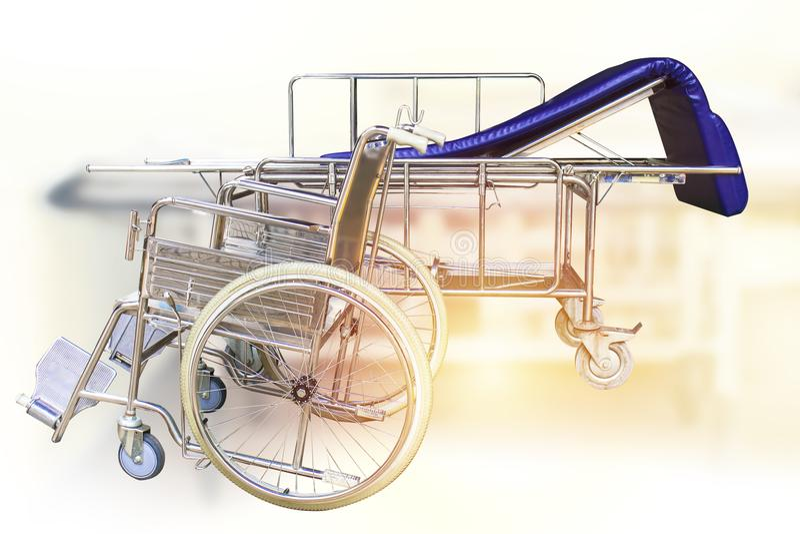 Αναπηρικές καρέκλες και νοσοκομειακό κρεβάτι που περιμένουν τις υπηρεσίες στοκ εικόνες