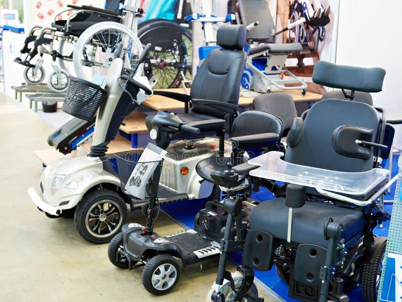 Αναπηρικές καρέκλες με το ηλεκτρικό κινητήρα στο κατάστημα στοκ εικόνες με δικαίωμα ελεύθερης χρήσης
