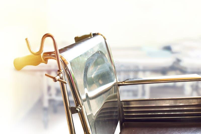 Αναπηρικές καρέκλες που περιμένουν τις υπηρεσίες με το διάστημα αντιγράφων φωτός του ήλιου στοκ εικόνες