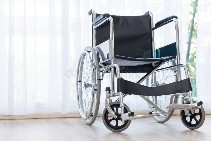 Αναπηρικές καρέκλες που περιμένουν τις υπηρεσίες στο δωμάτιο νοσοκομείων με το φως ήλιων στοκ εικόνες με δικαίωμα ελεύθερης χρήσης