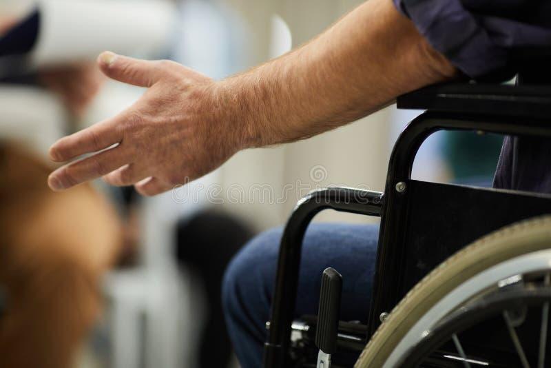 αναπηρική καρέκλα με ειδ&iot στοκ εικόνα με δικαίωμα ελεύθερης χρήσης
