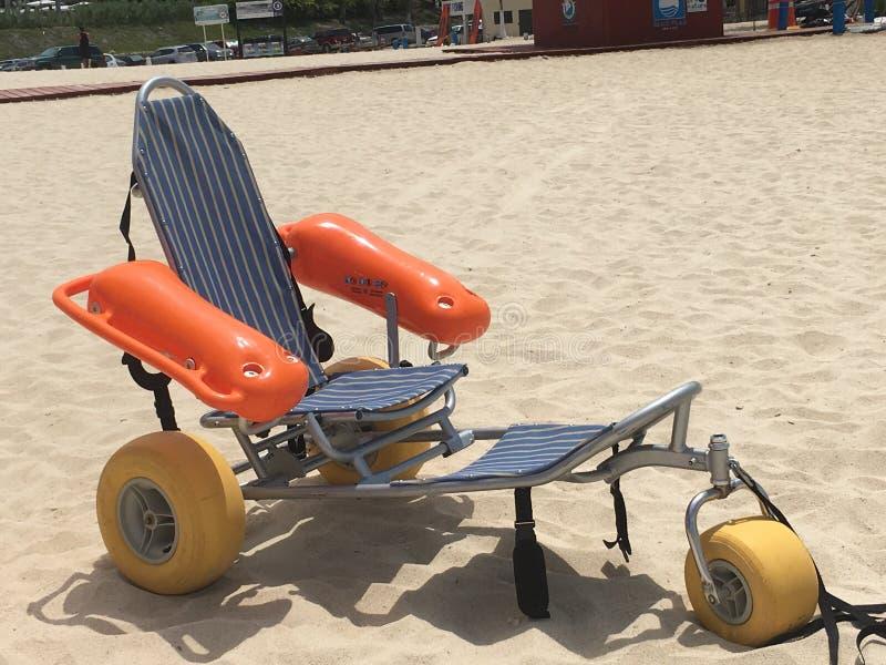 Αναπηρική καρέκλα παραλιών στοκ εικόνες με δικαίωμα ελεύθερης χρήσης