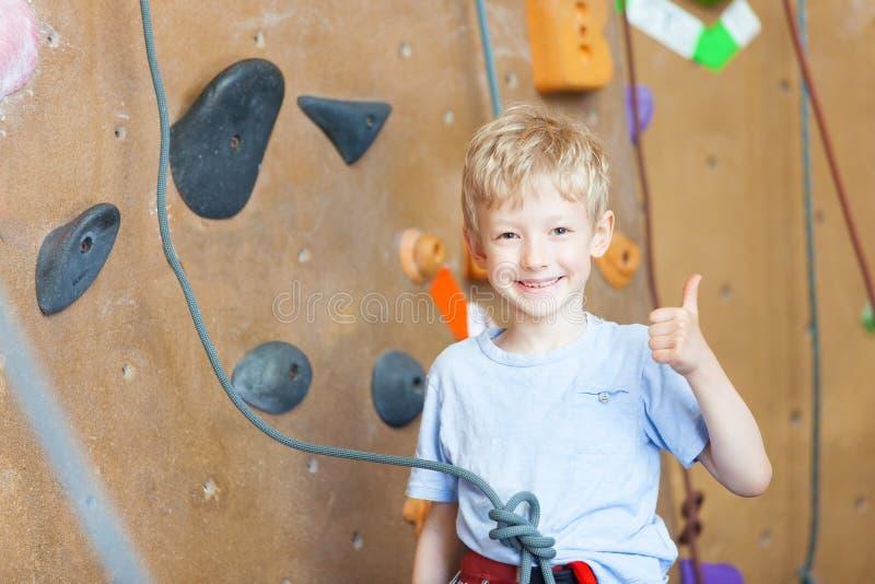 Αναρρίχηση βράχου αγοριών στοκ εικόνα με δικαίωμα ελεύθερης χρήσης