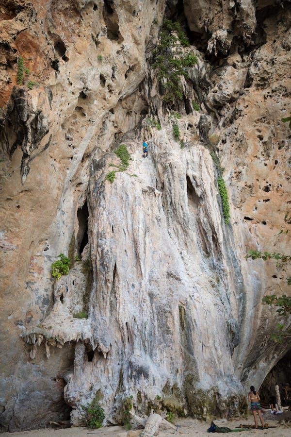 Αναρρίχηση βράχου νεαρών άνδρων στο άσπρο βουνό ασβεστόλιθων καρστ στην Ταϊλάνδη στοκ εικόνες
