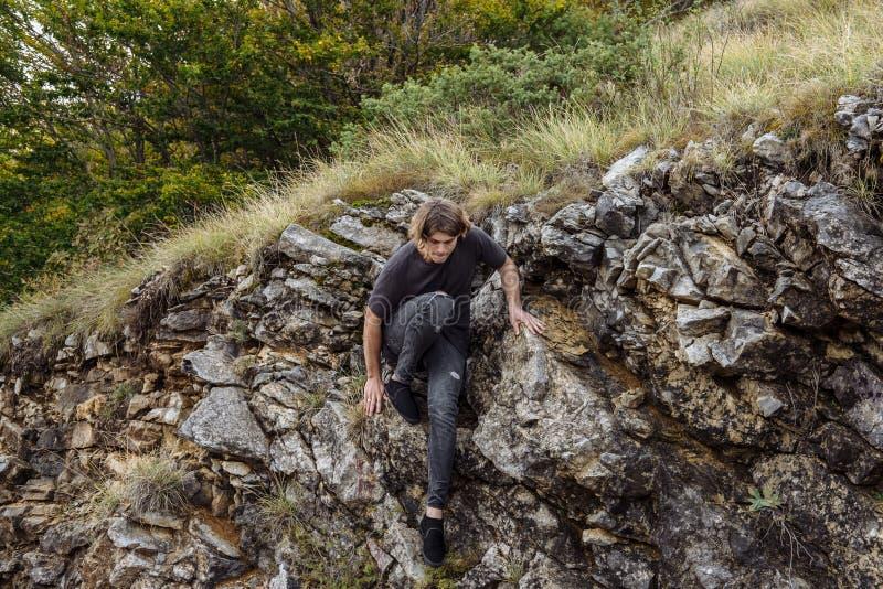 Αναρρίχηση βράχου νεαρών άνδρων σε έναν τοίχο ασβεστόλιθων στοκ εικόνα