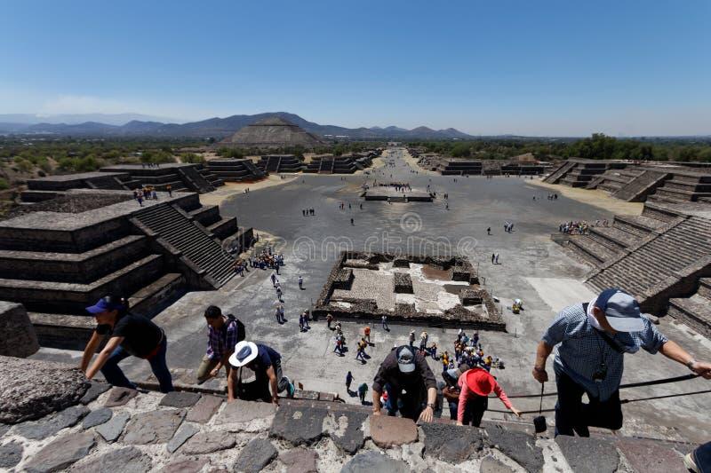 Αναρρίχηση της πυραμίδας σε Teotihuacam, Μεξικό στοκ φωτογραφία