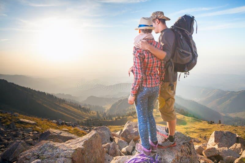 Αναρρίχηση του νέου ζεύγους στην κορυφή της συνόδου κορυφής με την εναέρια άποψη στοκ φωτογραφίες