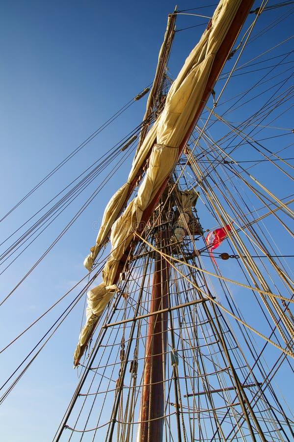 αναρρίχηση του παλαιού πλέοντας σκάφους ιστών στην κορυφή στοκ εικόνες με δικαίωμα ελεύθερης χρήσης
