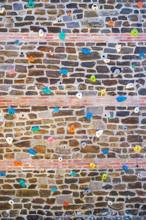 Αναρρίχηση του υπαίθριου τοίχου για την άσκηση στοκ εικόνες
