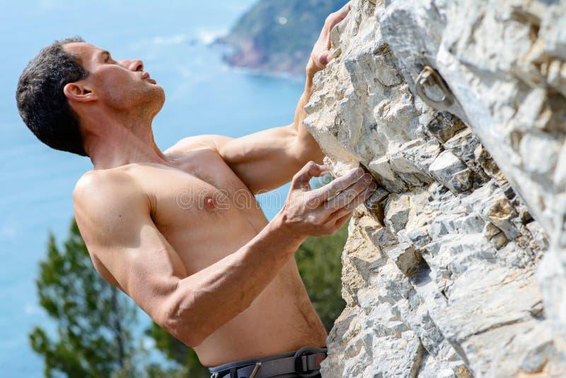 αναρρίχηση του muzzerone βουνών ατόμων ασβεστόλιθων της Ιταλίας Λιγυρία στοκ φωτογραφίες