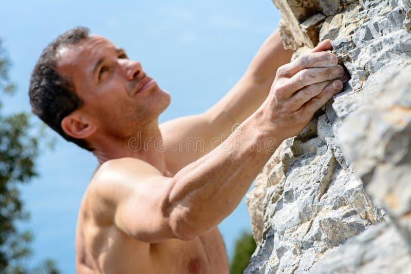 αναρρίχηση του muzzerone βουνών ατόμων ασβεστόλιθων της Ιταλίας Λιγυρία στοκ φωτογραφίες με δικαίωμα ελεύθερης χρήσης