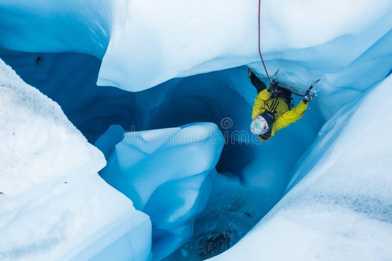 Αναρρίχηση του overhanging πάγου παγετώνων σε ένα moulin στην Αλάσκα στοκ φωτογραφία